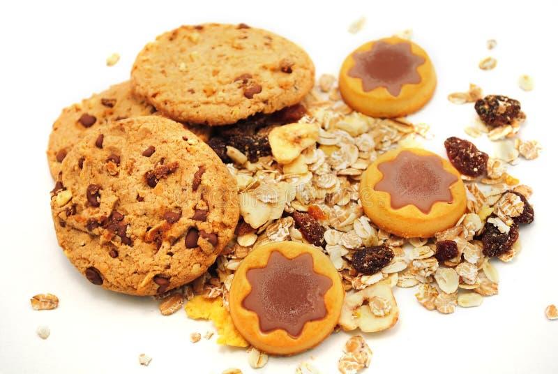 Estrellas de la galleta con el chocolate y los cereales imagen de archivo