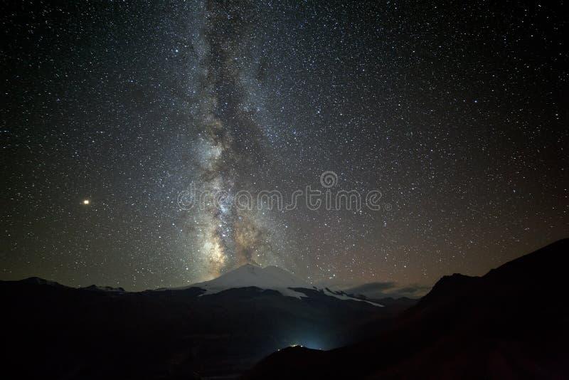 Estrellas de la vía láctea en la noche en el cielo sobre el monte Elbrus fotografía de archivo