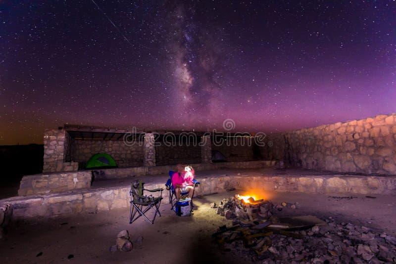 Estrellas de la vía láctea sobre el fuego de la noche del camping imagen de archivo libre de regalías