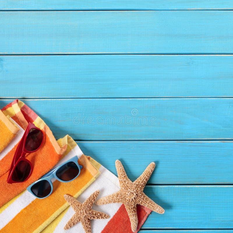Estrellas de mar de madera azules de las gafas de sol de la escena de la playa del fondo del verano foto de archivo