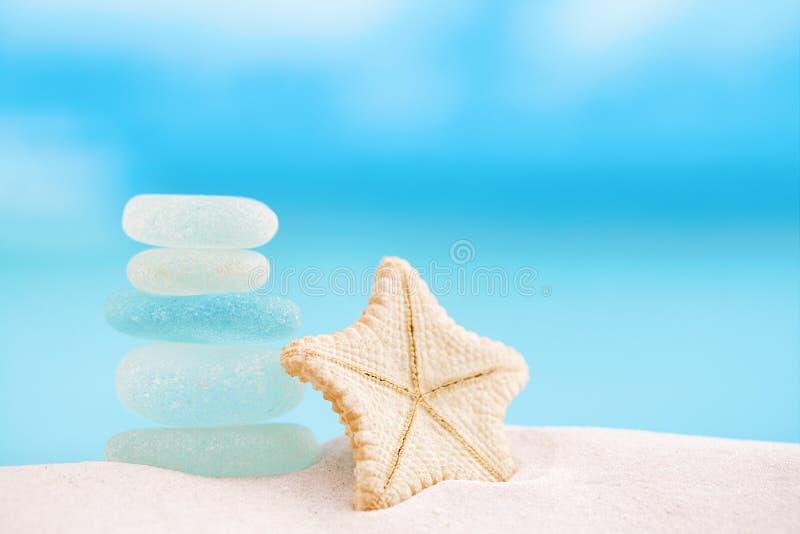 Estrellas de mar raras profundas con el océano, la playa y el seascap de cristal del mar fotografía de archivo libre de regalías