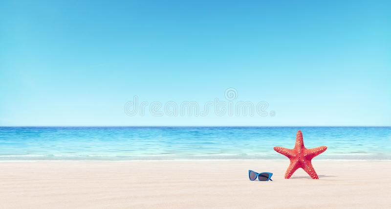 Estrellas de mar rojas y gafas de sol azules en el fondo del verano de la playa foto de archivo libre de regalías