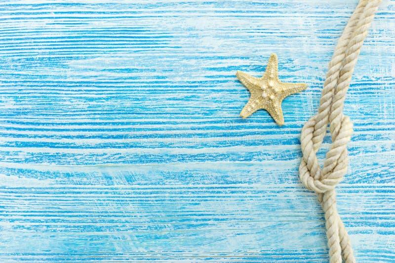 Estrellas de mar y nudo marino en superficie de madera azul resistida fotos de archivo libres de regalías