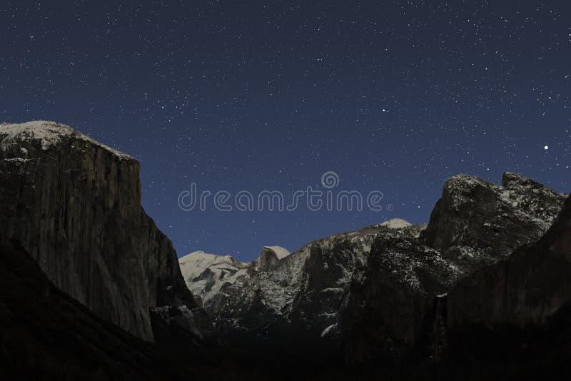Estrellas del invierno sobre el valle de Yosemite fotos de archivo libres de regalías