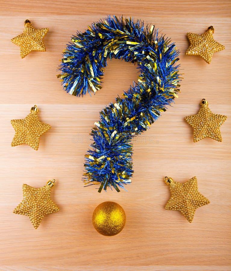Estrellas del oro de la bola del juguete del Año Nuevo del signo de interrogación de la malla fotos de archivo libres de regalías