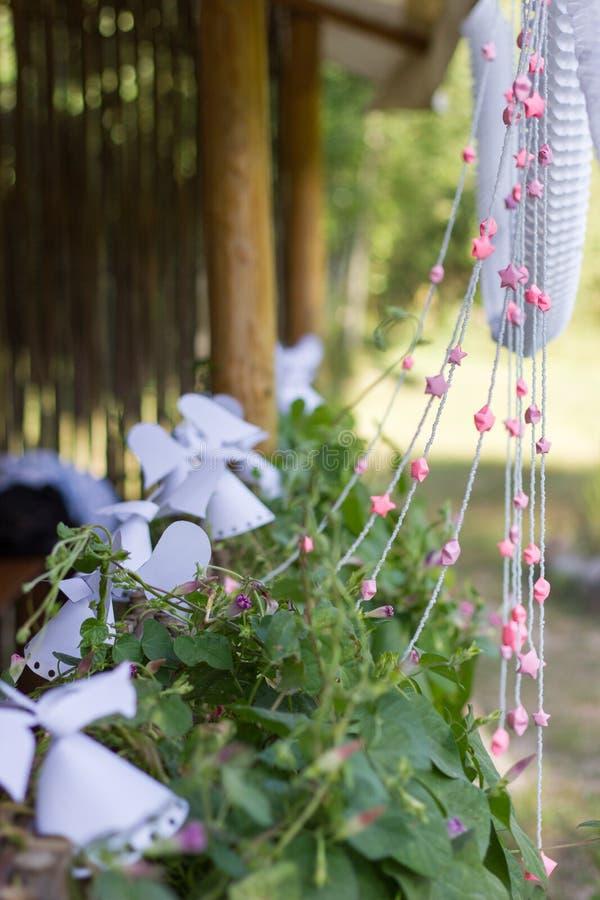 Estrellas del papel de la decoración en la cerca. fotografía de archivo