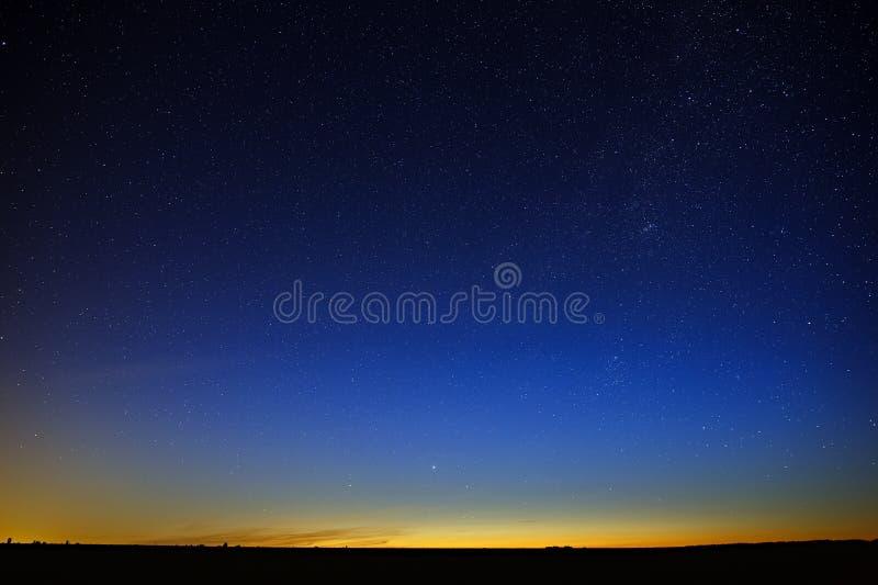 Estrellas en el cielo nocturno Una vista del espacio exterior en la oscuridad fotos de archivo
