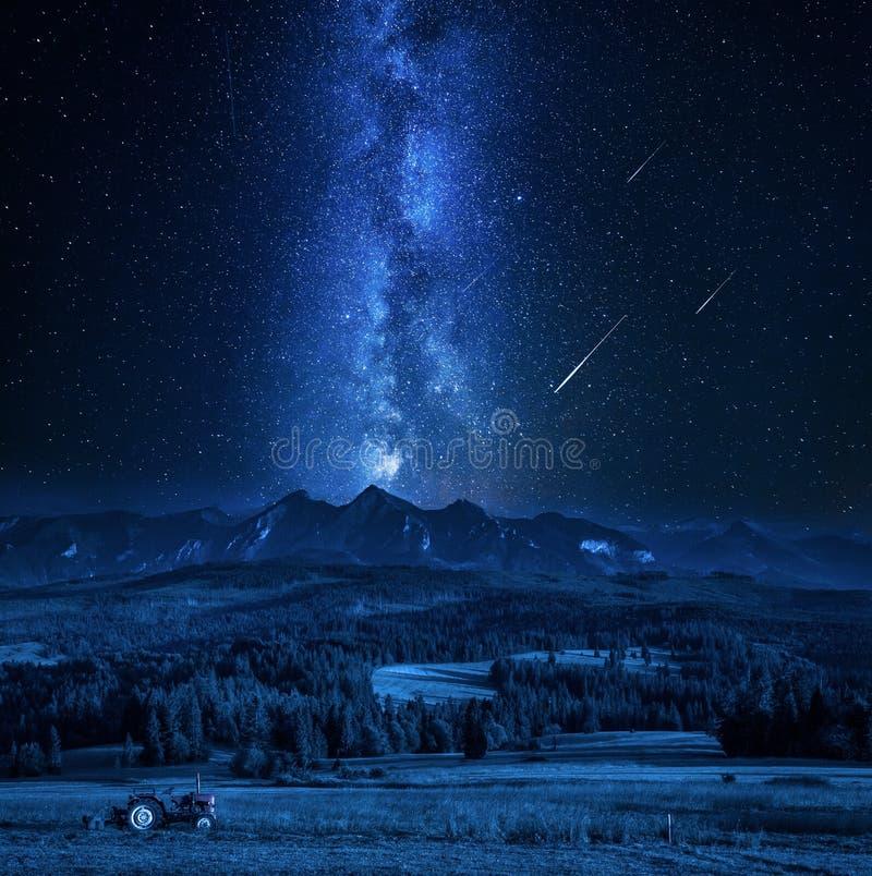 Estrellas imponentes de la vía láctea y el caer sobre las montañas de Tatra foto de archivo