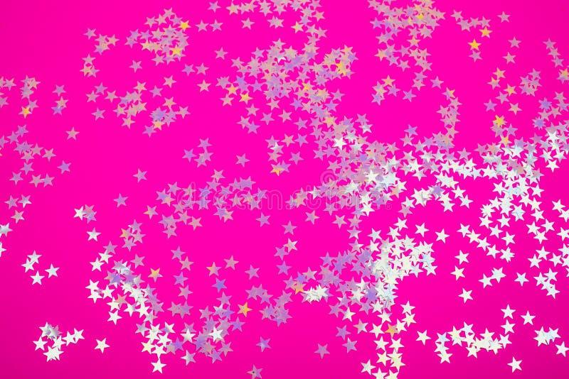 Estrellas olográficas en fondo rosado de moda fotos de archivo