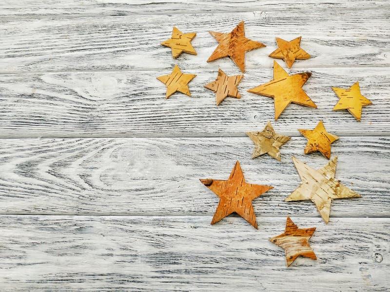 Estrellas planas de la corteza en un fondo de madera Idea para el fondo de la Navidad fotos de archivo