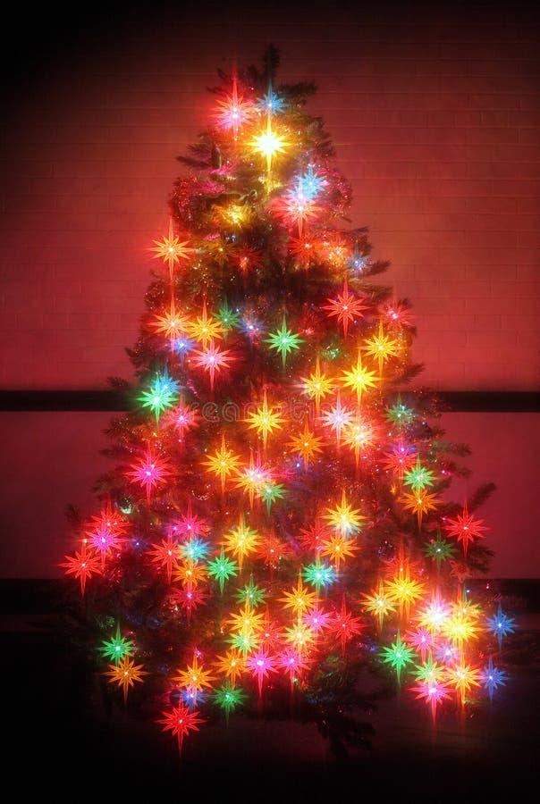 Estrellas que brillan intensamente del árbol de navidad imagen de archivo