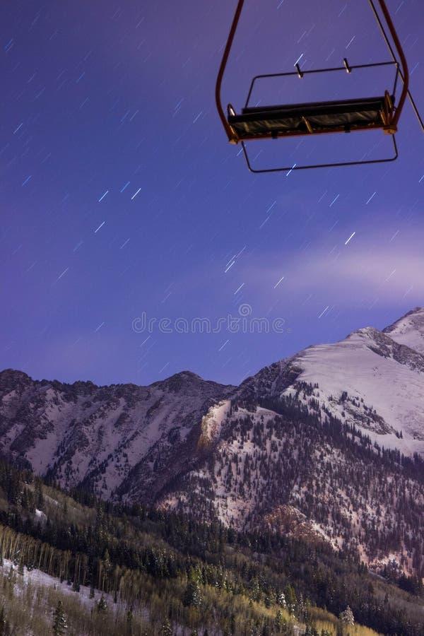 Estrellas sobre la montaña fotos de archivo
