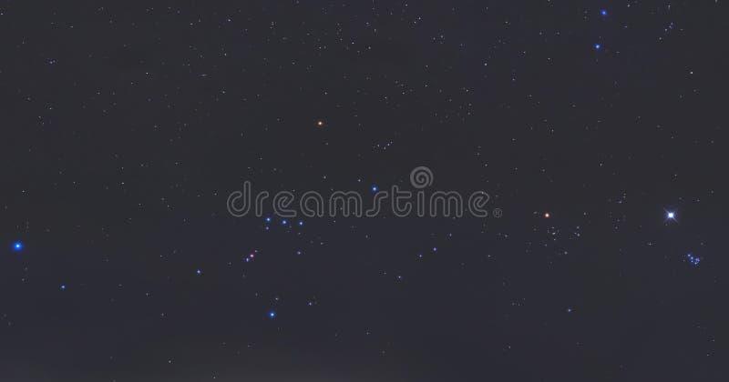 Estrellas verdaderas en la noche imagenes de archivo