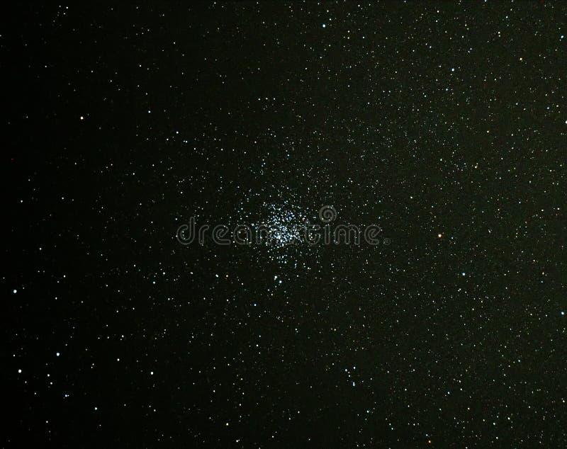 Estrellas y cúmulo de estrellas M11 del universo en cielo nocturno fotografía de archivo