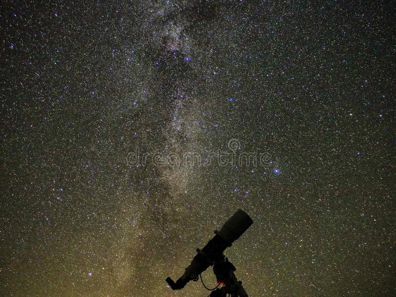 Estrellas y galaxias de la vía láctea observando sobre el telescopio imágenes de archivo libres de regalías