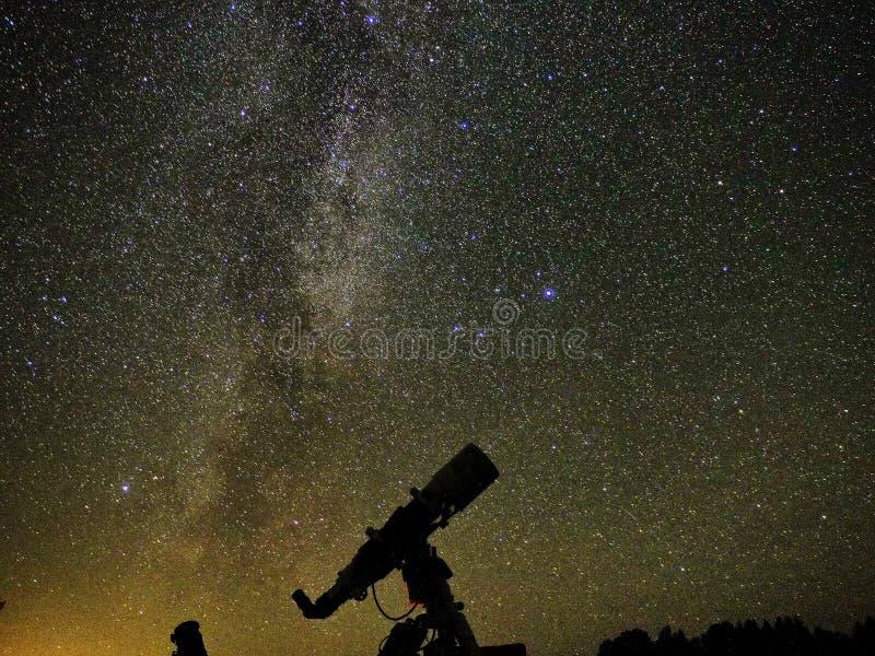 Estrellas y galaxias del cielo nocturno observando sobre el telescopio fotos de archivo libres de regalías
