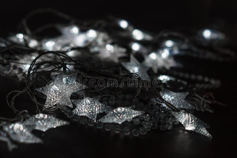 Estrellas y gotas de iluminación del cristal foto de archivo