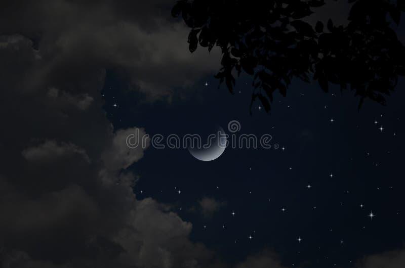 Estrellas y nubes brillantes en noche creciente fotografía de archivo libre de regalías