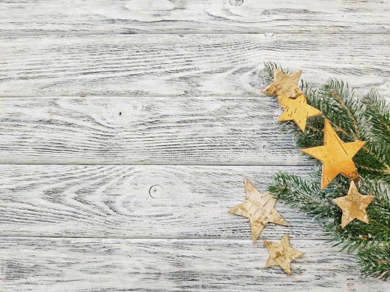 Estrellas y pino en fondo de madera El pino ramifica primer imagen de archivo