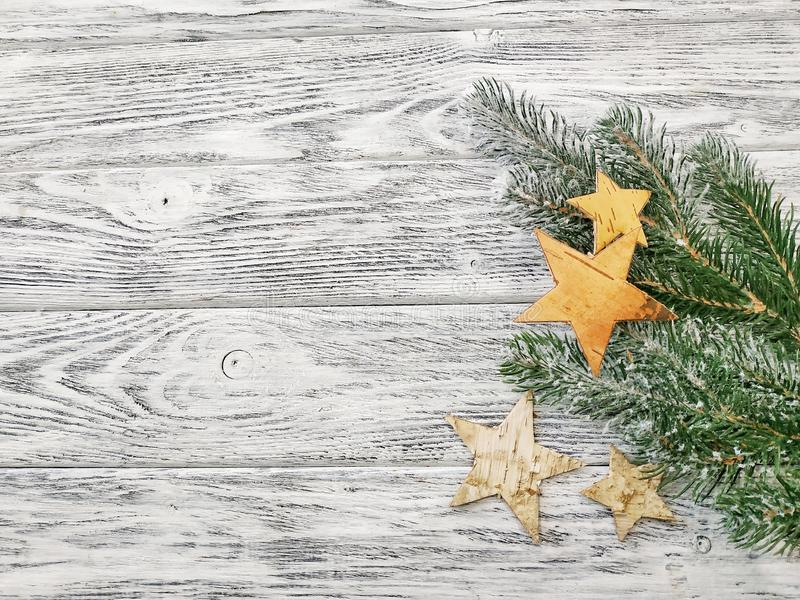 Estrellas y ramas del pino - fondo hermoso del invierno foto de archivo