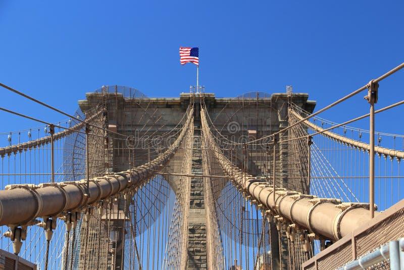 Estrellas y rayas en el puente de Brooklyn, Nueva York, los E.E.U.U. imagenes de archivo