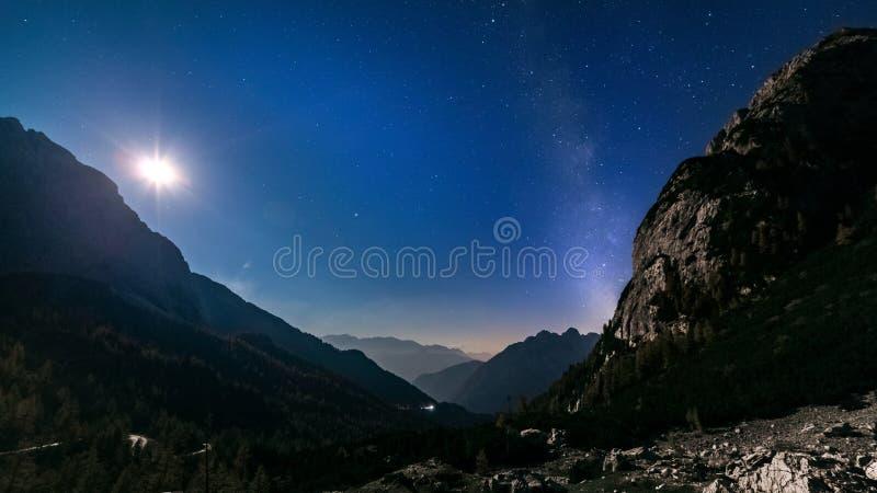 Estrellas y vía láctea con la luz de luna durante noche de la montaña imágenes de archivo libres de regalías