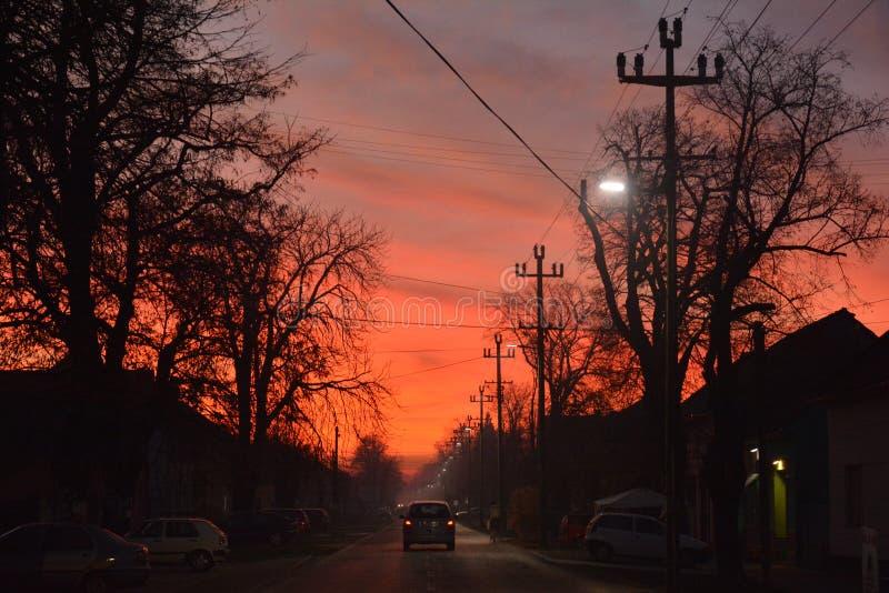 Estrema luce rossa nel cielo serale, in strada fotografie stock libere da diritti