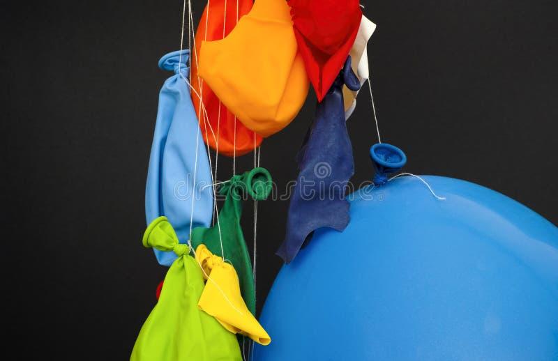 Estremità del partito Alcuni scoppiati, sgonfiato ed uno hanno gonfiato i palloni fotografia stock