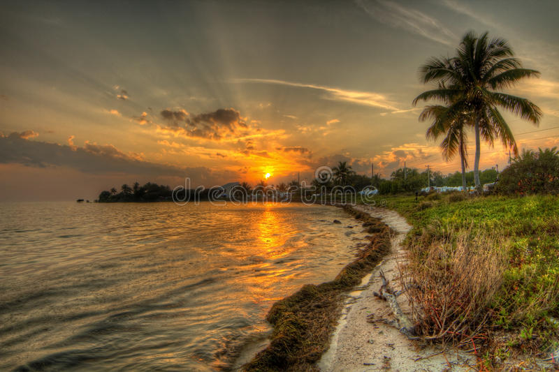 Estremità di giorni - tramonto sopra le chiavi di Florida immagine stock libera da diritti