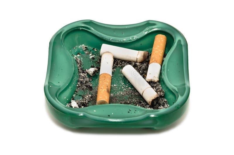 Estremità di sigaretta e del portacenere, isolate su bianco fotografia stock libera da diritti