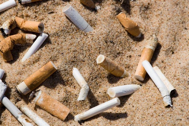 Estremità di sigaretta in sabbia fotografie stock libere da diritti