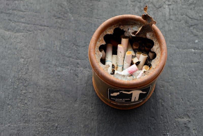 Estremità di sigarette in portacenere immagini stock libere da diritti