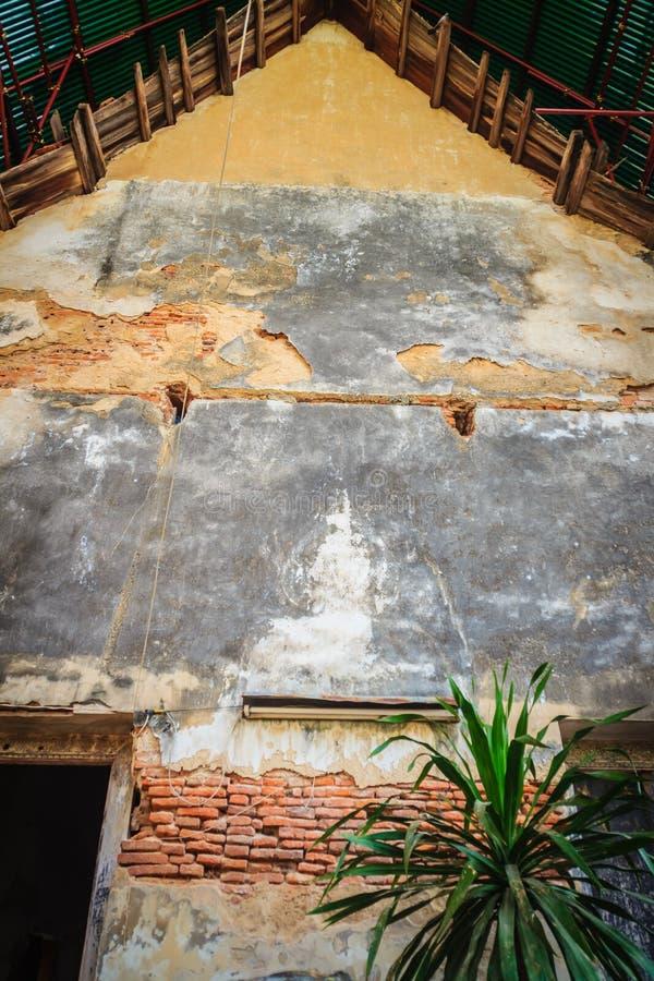 Estremità di timpano di vecchia chiesa buddista con la vecchia porta e il bri grungy immagini stock libere da diritti