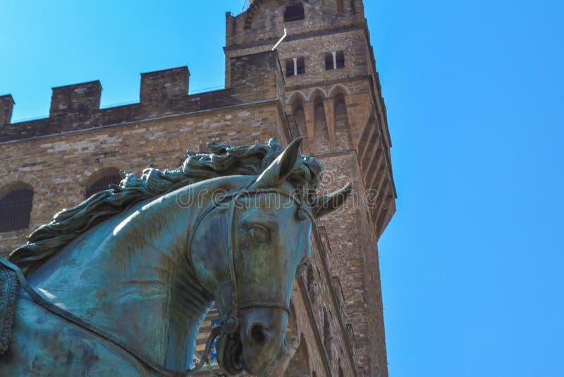 Estremo vicino su del monumento equestre di Cosimo I con l'amico immagini stock libere da diritti