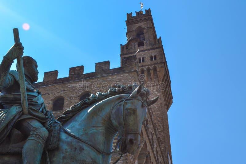 Estremo vicino su del monumento equestre di Cosimo I con l'amico fotografie stock libere da diritti