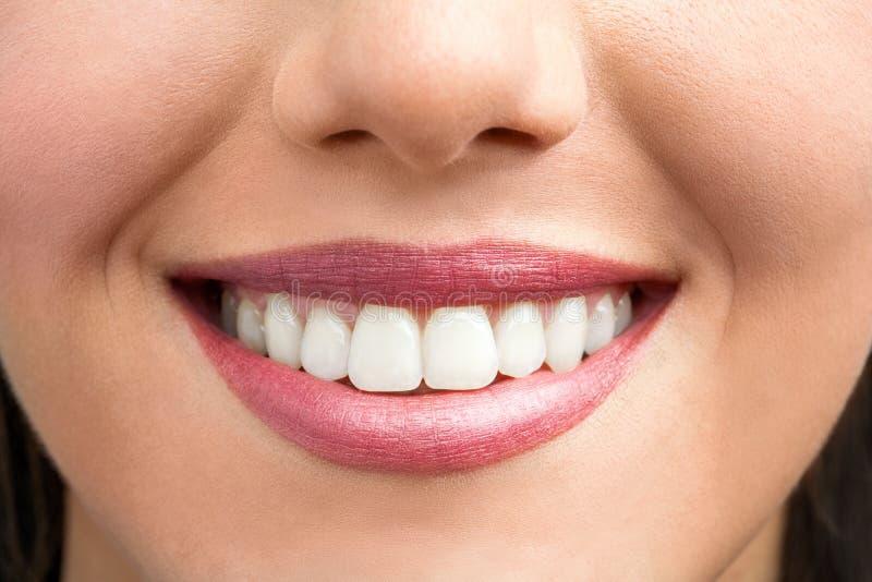 Estremo vicino su del sorriso femminile. fotografia stock
