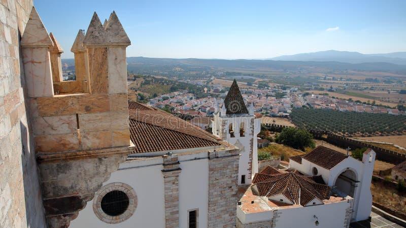 ESTREMOZ, PORTUGAL: Ansicht vom Turm der drei Kronen Torre DAS Tres Coroas mit Santa Maria Church im Vordergrund lizenzfreie stockbilder