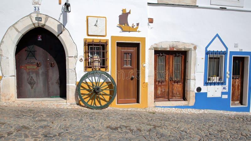 ESTREMOZ, PORTUGAL - 10 DE OUTUBRO DE 2016: Fachada colorida ao longo de uma rua cobbled imagens de stock