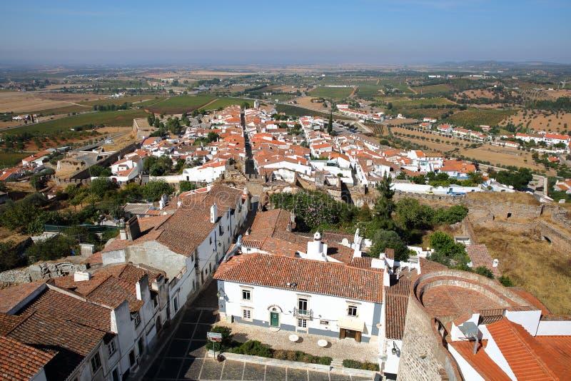 ESTREMOZ, PORTUGAL: Mening van de Oude Stad van de Toren van de Drie Kronen Torre das Tres Coroas royalty-vrije stock foto