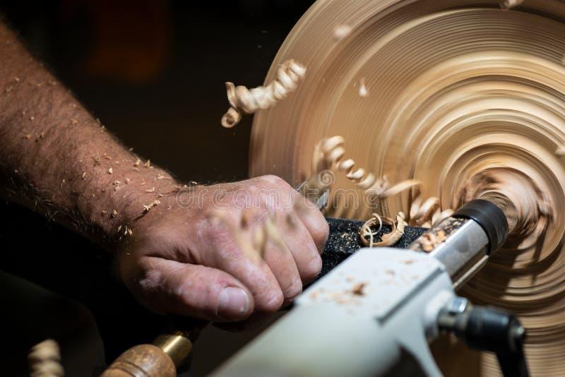 Estriación en el pedazo de madera con la mano imágenes de archivo libres de regalías