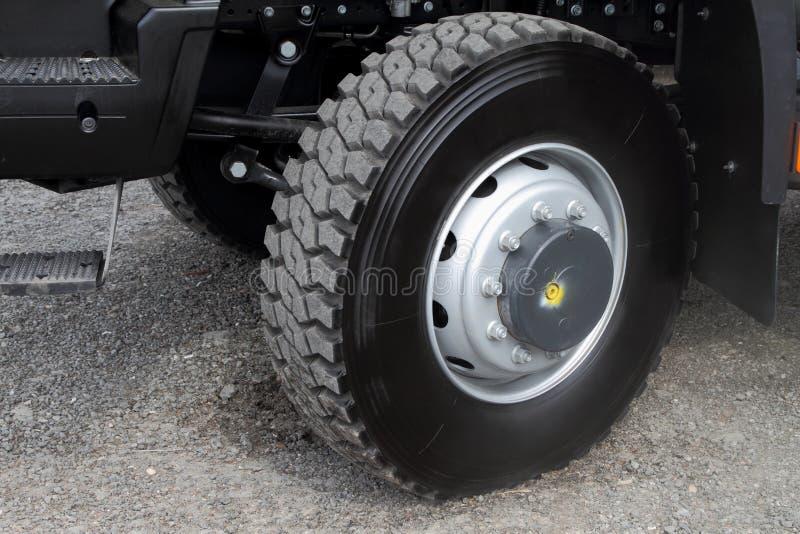 Estribo y rueda delantera de un camión imagenes de archivo