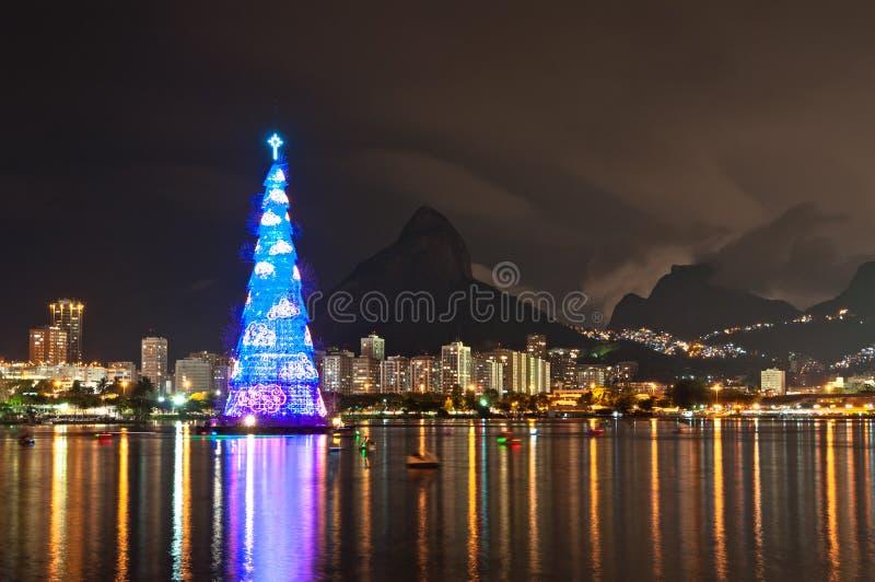 Estructura arborescente de árbol de navidad en Rio de Janeiro imagenes de archivo