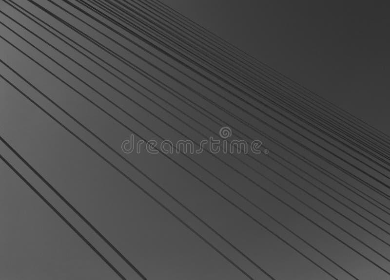 Estructura concreta con los apoyos de acero de un puente sobre un río debajo de un cielo gris foto de archivo