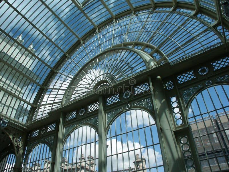 Estructura de acero y de cristal imagenes de archivo