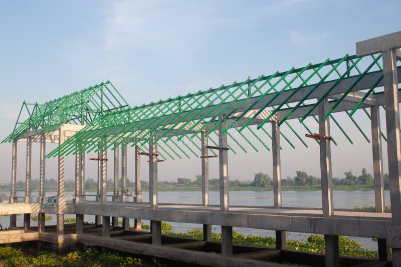 Estructura de la manera del paseo cerca del río, construcción de edificios imagen de archivo libre de regalías