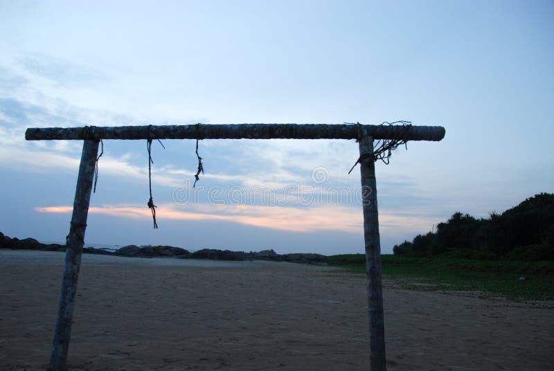 Estructura de madera en la puesta del sol de la playa fotografía de archivo libre de regalías