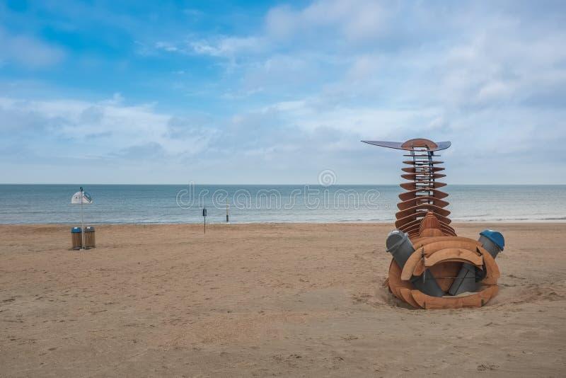 Estructura de madera de la ballena con las papeleras de reciclaje cerca de De Panne, Bélgica fotografía de archivo