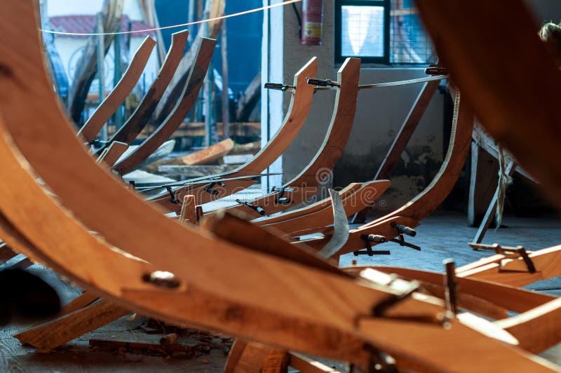 Estructura de madera para la fabricación artesanal de embarcaciones foto de archivo