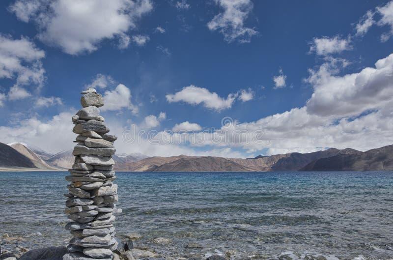 Estructura de piedra en el lago Leh Pangong imagenes de archivo