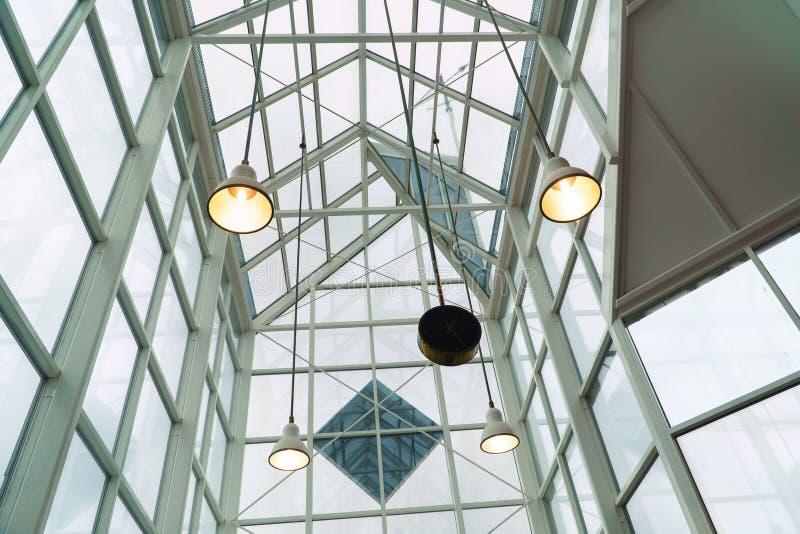 Estructura de tejado de cristal, inerior del techo del marco metálico, diseño moderno fotos de archivo libres de regalías